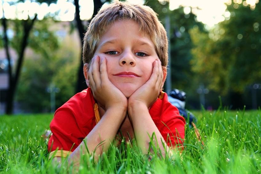 Junge im Gras mit Schärfentiefeverlauf